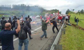1a15c67c493ef Manifestação de sem-terra causa tumulto e congestionamento na Rodovia  Presidente Dutra em Caçapava